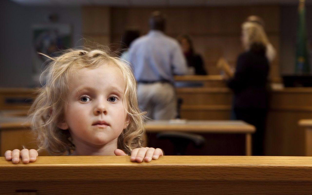 Можно ли выписать ребенка из квартиры: без согласия матери, отца или совершеннолетнего