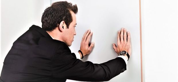 Если закончилась временая прописка собственик может выписать жельца